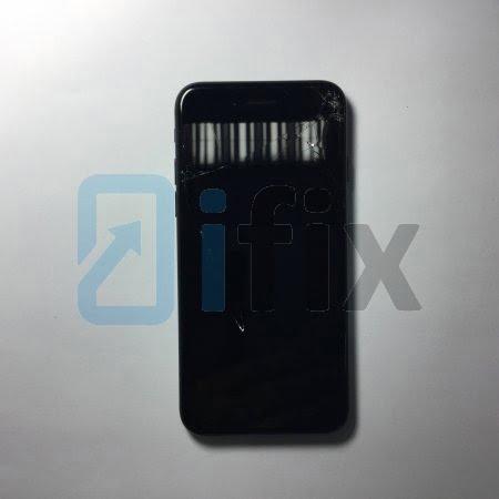 Разбитое стекло дисплея на iPhone 7