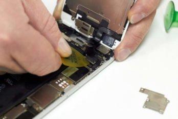 Отключаем шлейфа дисплея, металлической пластины и фронтальной камеры