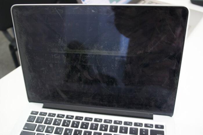 облезает экран MacBook Pro